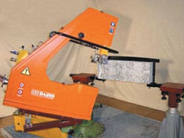 Inclinable stone saw with accessories