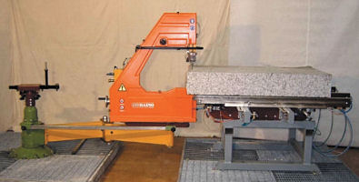 Stone saw with pneumatic material advance